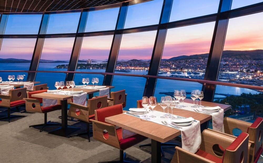Ova slika ima prazan alt atribut ; naziv datoteke je olympia-sky-restaurant.jpg